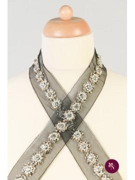 Bandă accesorizată cu perle, paiete și strasuri